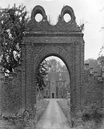 Description: Breccles Hall, Norfolk, seen here through its entrance gateway, is an example of a brick-built 16th-century manor house. By this date building in brick was quite usual.